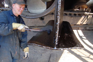A dockworker who uses Metalkote 633B, the coating based on bitumen.